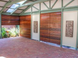 Timber outdoor entertaining area with timver screens and pavers